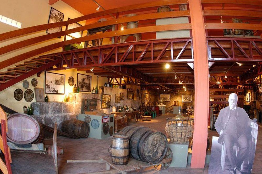 O acervo apresenta máquinas e equipamentos usados antigamente na produção de vinhos. Foto: reprodução site.