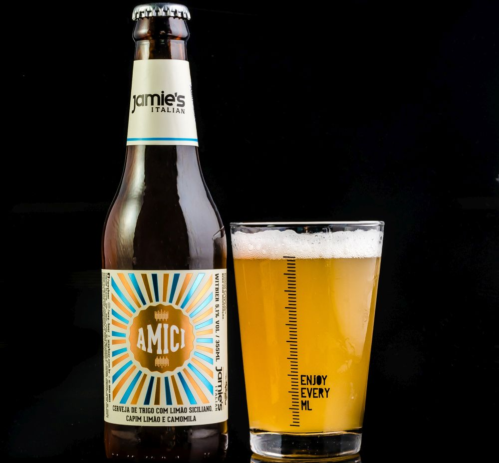 A cerveja é uma witbier com ervas aromáticas. Foto: Priscilla Fiedler/divulgação.