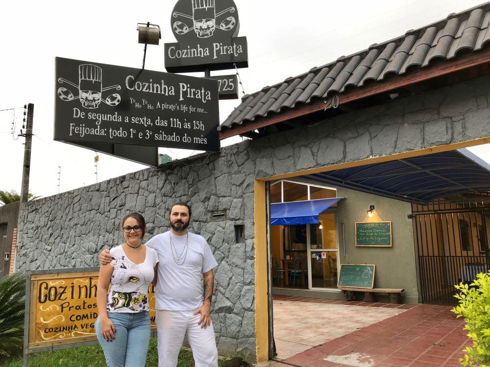 Erik e Mariane estavam prestes a fechar as portas do restaurante. O desafio agora é manter o movimento após a postagem viralizar. Foto: Guilherme Grandi/Gazeta do Povo.