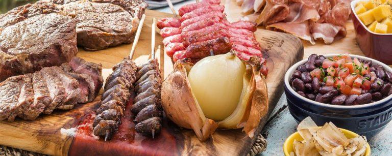 Foto para matéria de capa da revista Bom Gourmet sobre churrasco. carne linguiça coração de galinha Local: Espaço Gourmet