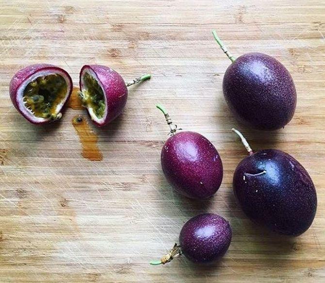 Menor e com sabor mais intenso, o maracujá roxo é rico em doçura. Foto: Reprodução Instagram / Raymund Yusuf