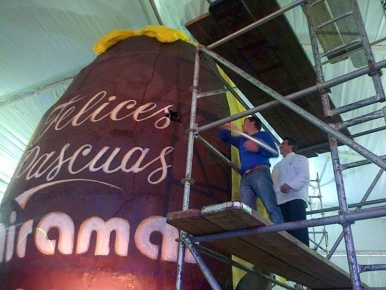 No ano passado, o ovo de Páscoa de Miramar teve 9 metros de altura e utilizou 3.700 quilos de chocolate. Foto: Turismo Miramar/divulgação.