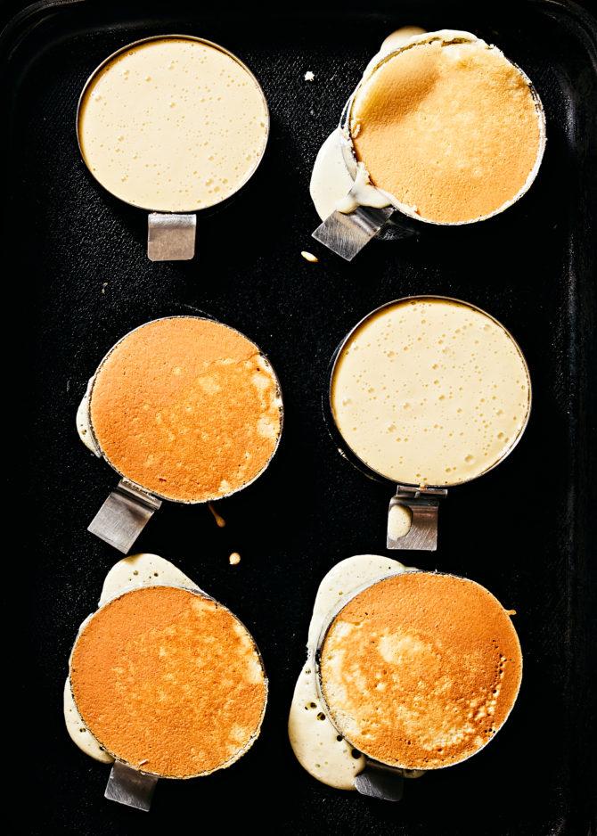 As panquecas são feitas em moldes e aquecidas bem lentamente. Foto: Jenny Huang / The New York Times