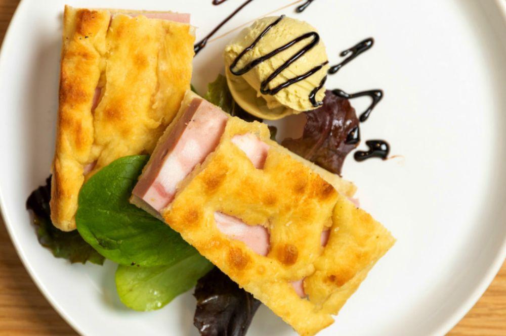 A pizza (que lembra um panini) é recheada com mortadela e acompanhada de sorvete de pistache com aceto balsâmico. Foto: reprodução Instagram.