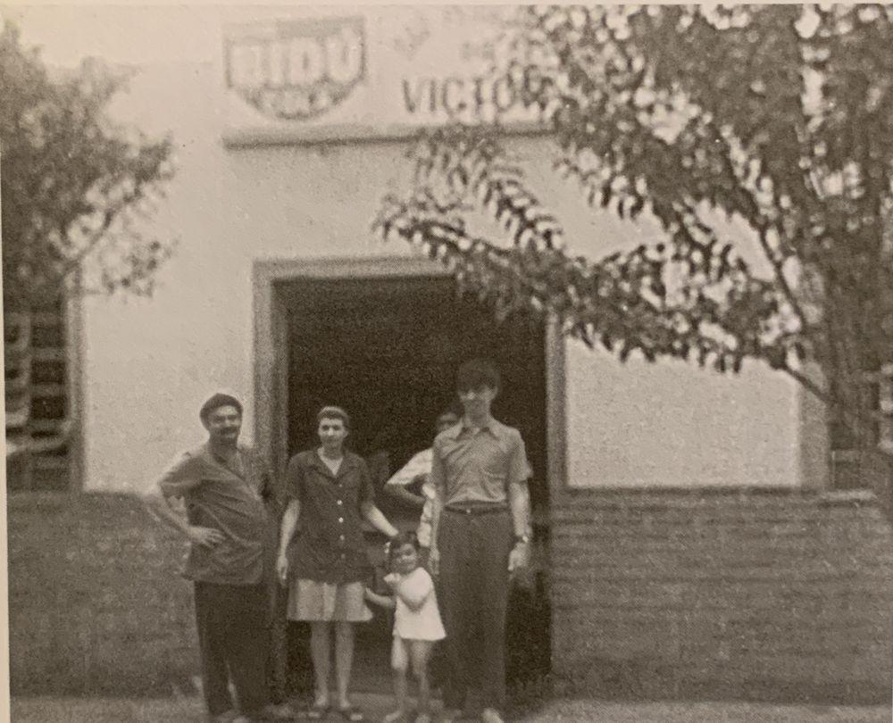 Victor Schiochet (esquerda) com a família em frente ao antigo armazém de secos e molhados no bairro do Taboão, hoje São Lourenço. Foto: divulgação.