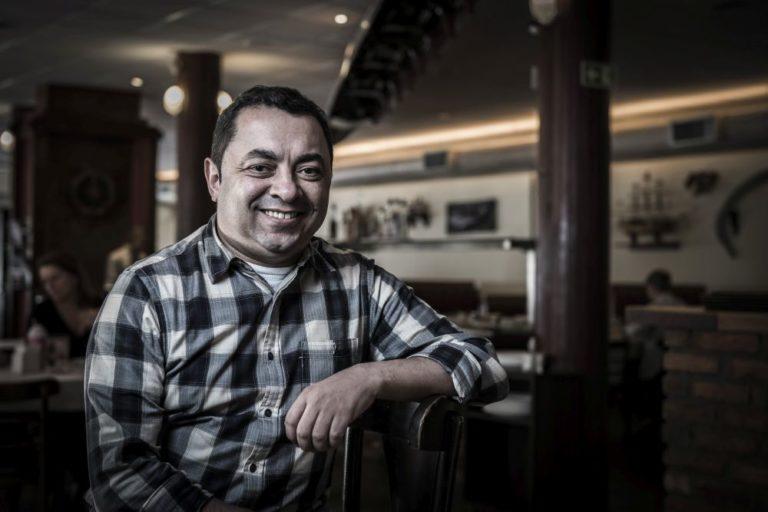 Chico Urban, como é mais conhecido, tornou o armazém de secos e molhados do genro em um dos mais premiados restaurantes de Curitiba. Foto: Letícia Akemi/Gazeta do Povo.