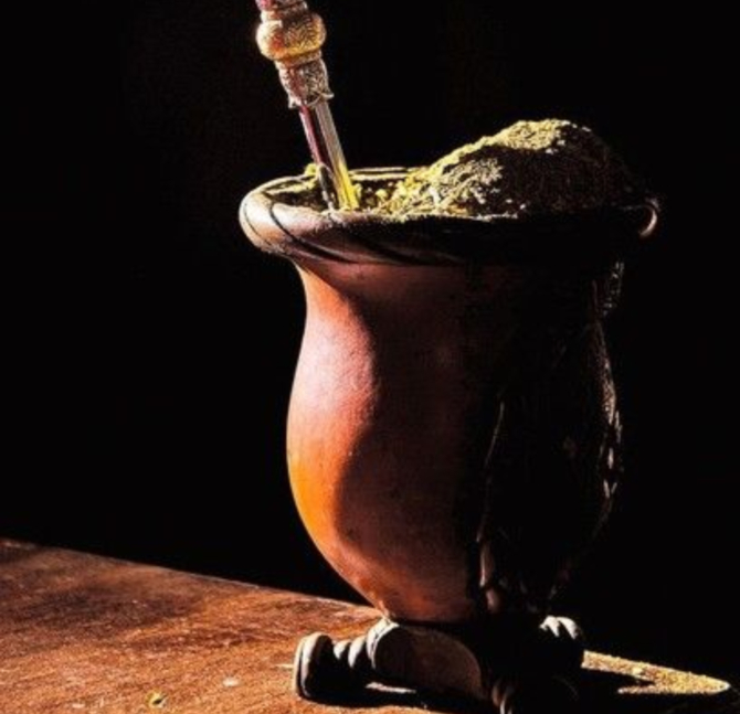 Cuia tradicional de porongo e a bomba são os principais avios do mate. Foto Divulgação