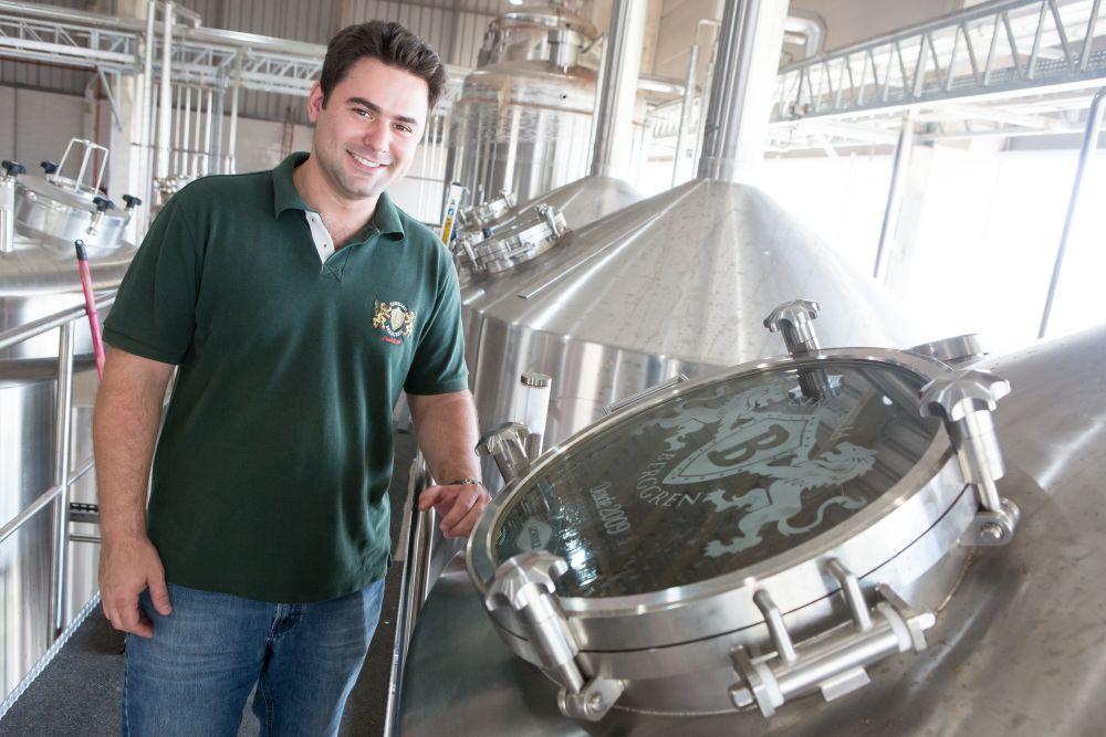 Lucas Berggren deixou de lado a carreira de advogado da família para produzir cerveja artesanal no interior de São Paulo. Foto: divulgação.