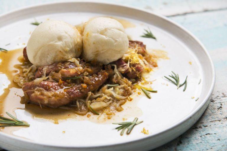 O prato é composto de um pãozinho fermentado cozido no vapor com carne suína e repolho. Foto: Letícia Akemi/Gazeta do Povo.
