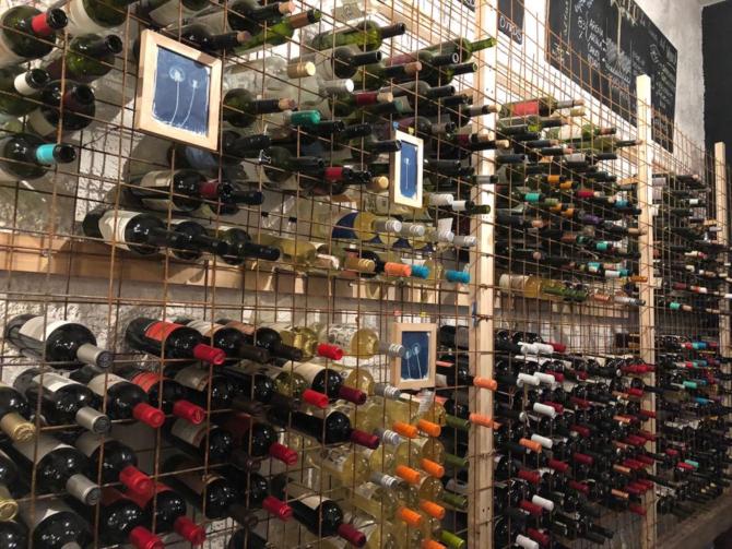 Os rótulos são cuidadosamente selecionados e como o espaço também funciona como loja de vinhos. Foto Anderson Hartmann / Gazeta do Povo.