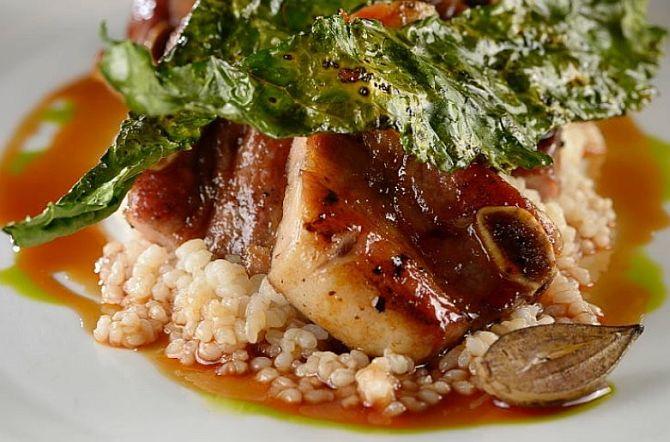 Assado de tira, cavolo nero e quirela de arroz do chef Jefferson Rueda. A expectativa é de que A Casa do Porco entre para os 50 melhores do mundo pela primeira vez. Foto: Reprodução Instagram / A Casa do Porco