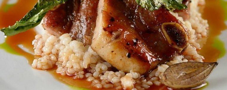Assado de tira, cavolo nero e quirela de arroz do chef Jefferson Rueda. Foto: Reprodução Instagram / A Casa do Porco