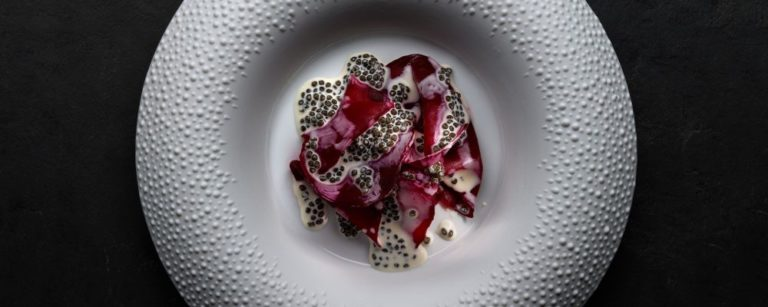 Lascas de beterraba com crosta de sal e molho de caviar. Foto: divulgação / Mirazur.