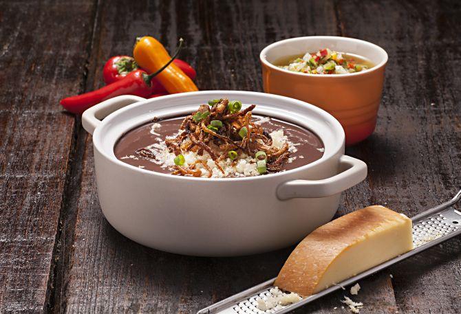 Sopa de feijão com cebola tostada e neve de provolone