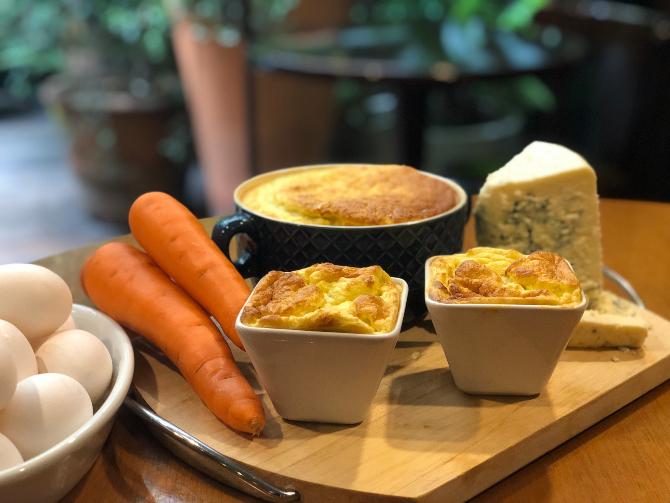 No suflê, o sabor adocicado da cenoura contrasta com a picância do queijo. Foto: divulgação.