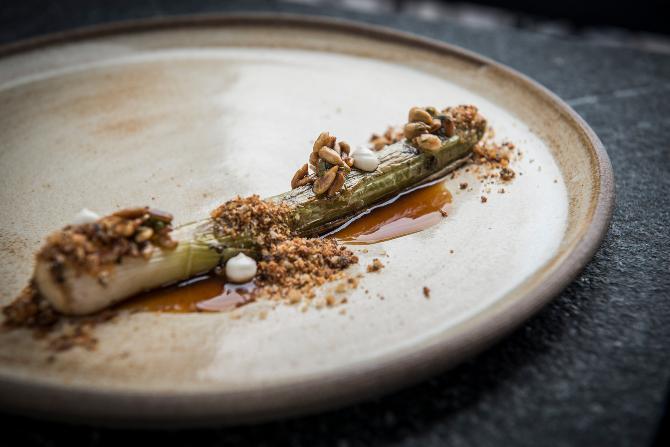 Alho-poró grelhado com vinagrete de sementes de girassol