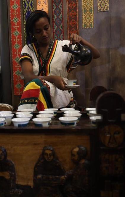 Mulheres são as responsáveis pelo ritual de preparo do café na Etiópia. Foto: Anderson Hartmann / Gazeta do Povo.