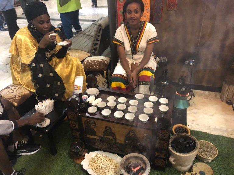 Ritual etíope do café na cafeteria To.Mo.Ca. Foto: Anderson Hartmann / Gazeta do Povo.