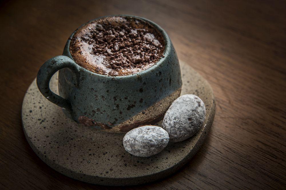 Chocolate quente cremoso é preparado com massa de cacau, manteiga de cacau e açúcar orgânico. Foto: Letícia Akemi / Gazeta do Povo.