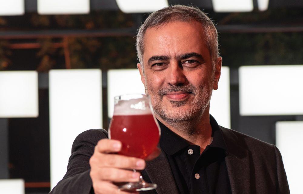 Embora não tivesse conhecimento sobre o universo cervejeiro, Heitor Dhalia topou o desafio e percorreu mais de 10 mil quilômetros em três países buscando a cerveja perfeita. Foto: divulgação.