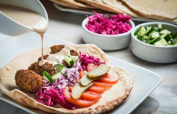 Bolinho de falafel com molho taratour