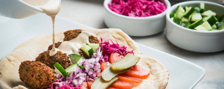 Passo a passo da receita de falafel , preparado pela chef Vaneska Bersani do Velho Oriente. Foto: Letícia Akemi/Gazeta do Povo.
