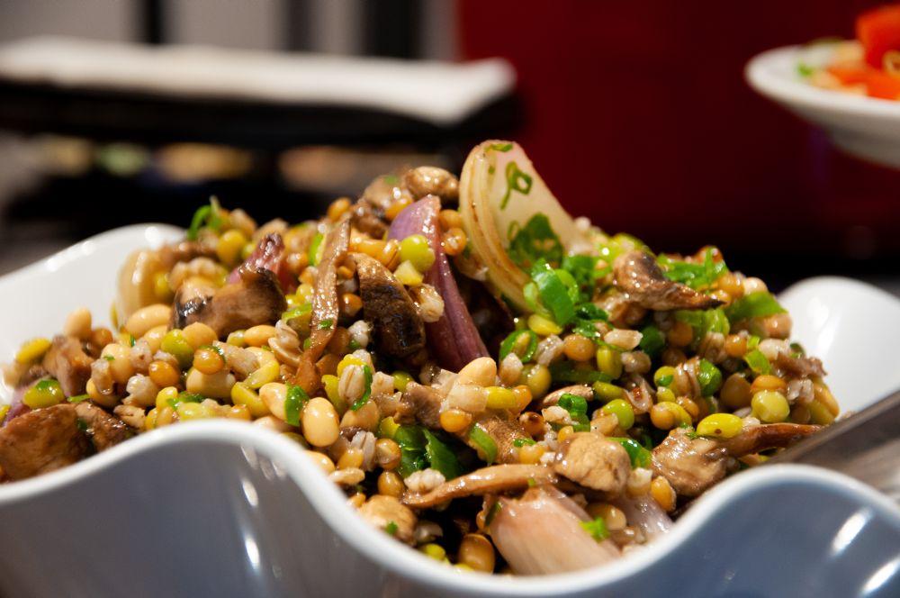 Salada de feijões da chef Gabriela Carvalho muda a cada preparo: depende da variedade de leguminosas e cereais disponível. Foto: Gabriela Bini/Divulgação