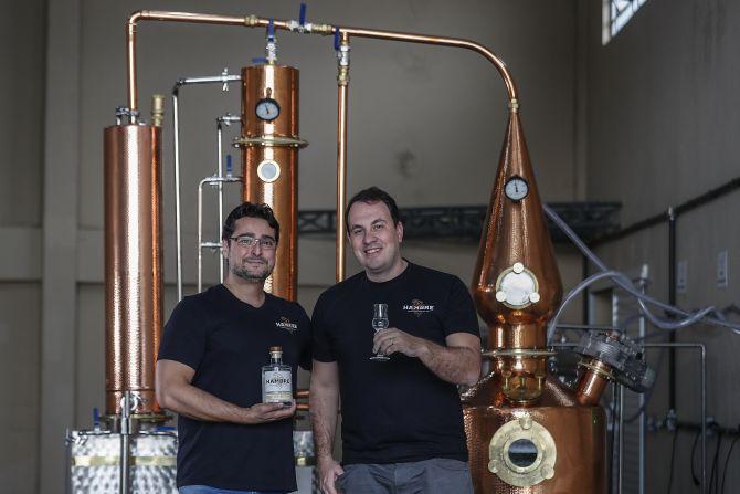 Guilherme Neme e Eduardo Alves, sócios da Hambre Gin, marca responsável por criar o primeiro gim curitibano. Foto: Jonathan Campos / Gazeta do Povo