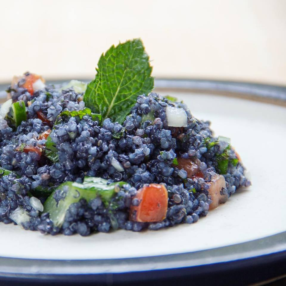 Salada de quinoa preparada pela culinarista Bela Gil. O cereal foi cozido em suco de jenipapo verde. Foto: Reprodução/Facebook