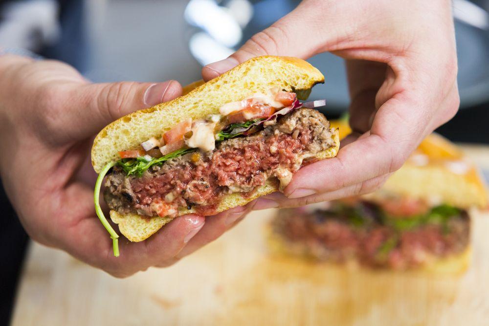 Os novos hambúrgueres vegetais têm a suculência e o sabor quase idênticos aos preparados com proteína animal. Foto: Impossible Foods/divulgação.