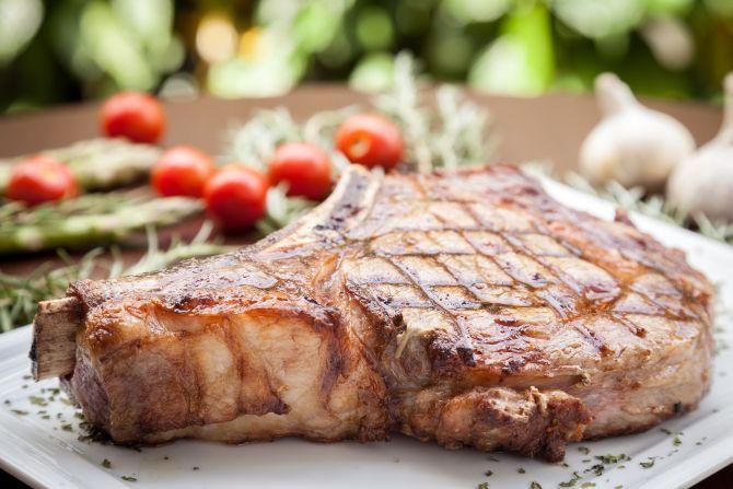 Cortar a carne em pedaços antes de assar, acelera o processo de cocção. Foto: Fernando Zequinão/Gazeta do Povo.