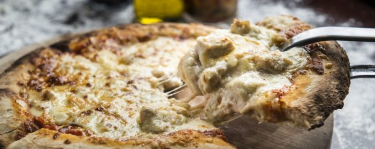 Pizza de frango com creme de queijo, uma referência ao sabor clássico frango com catupiry. Foto: Letícia Akemi/Gazeta do Povo