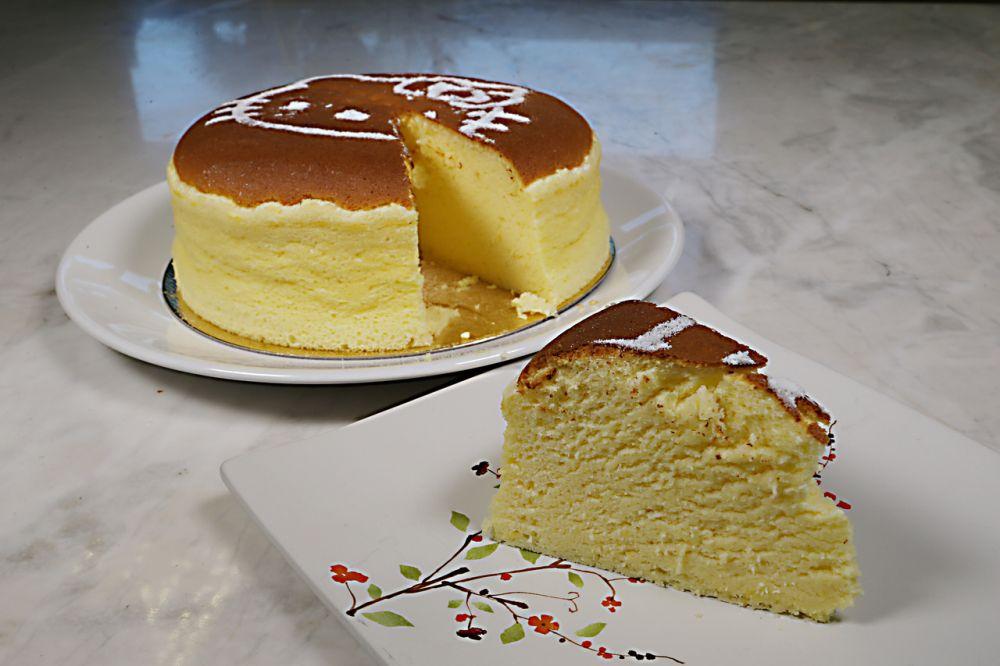 O cheesecake japonês tem textura de esponja. Foto: Victor Ferraz / Gazeta do Povo.