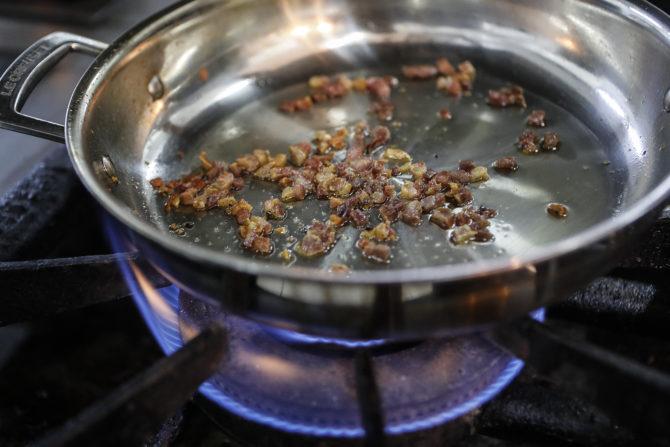 A panela quente desidrata a superfície do alimento e doura de forma mais rápida. Foto: Jonathan Campos/Gazeta do Povo.