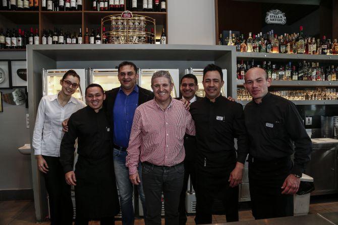 Joel Troib (ao centro, de camisa xadrez) e parte da equipe da Badida da 7 de Setembro. Foto: André Rodrigues/Gazeta do Povo