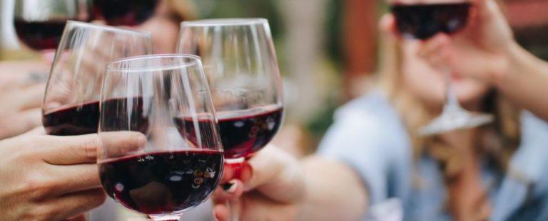 Open de vinho. Foto: Unsplash.