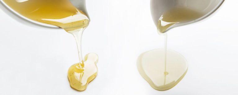 À esquerda, mel de abelha com ferrão. Diferença vai além da textura: o mel de abelha sem ferrão (na foto, guaraipo) geralmente é mais ácido, pouco doce e de sabor mais suave. Foto: Letícia Akemi/Gazeta do Povo