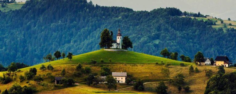 Embora muita gente não saiba, a Eslovênia é um dos países com a tradição mais antiga de produção de vinhos. Foto: Daniil Vnoutchkov / Unsplash