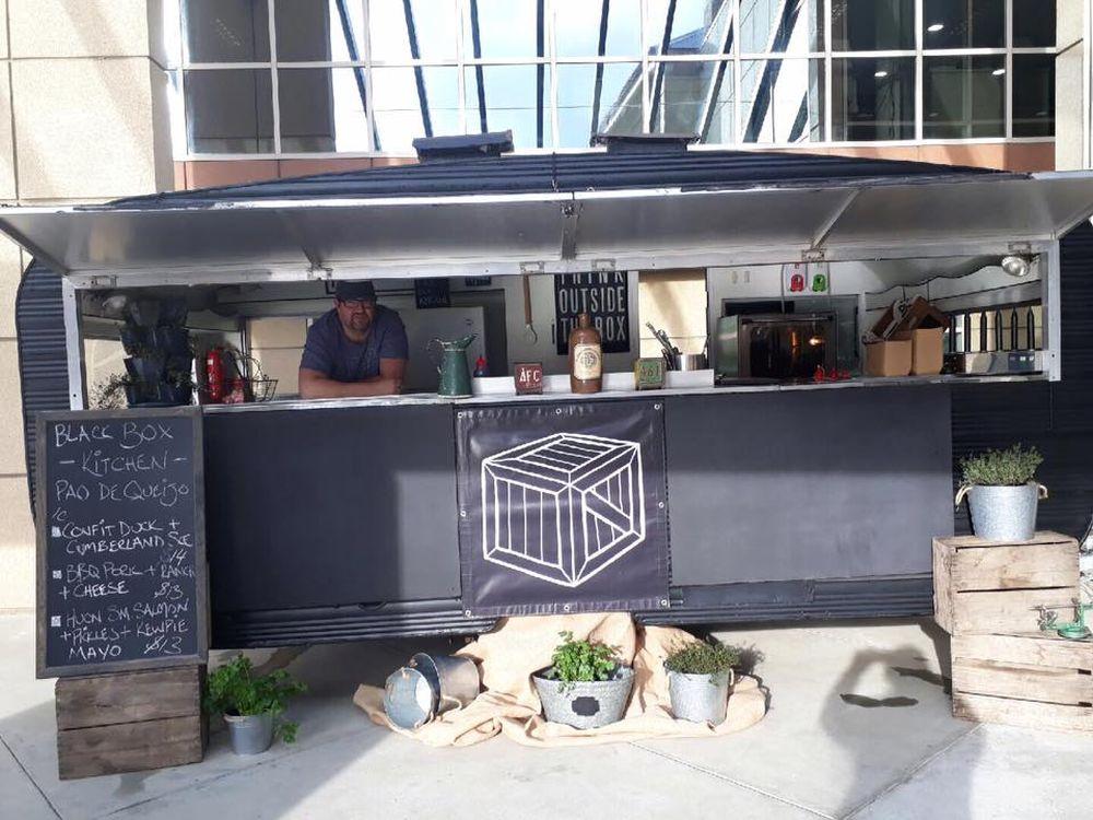 Froeman comprou um food truck para vender sua versão do pão de queijo brasileiro. Foto: divulgação.
