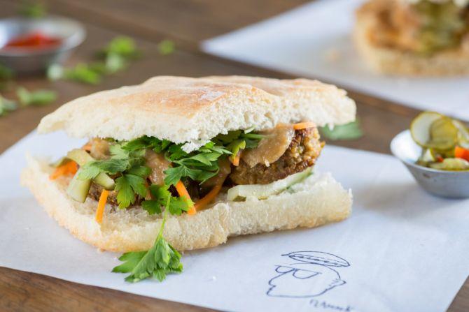 Sanduíche de croquete de lentilha com salsinha, molho de cebola e picles de cenoura. Foto: Fernando Zequinão/Gazeta do Povo