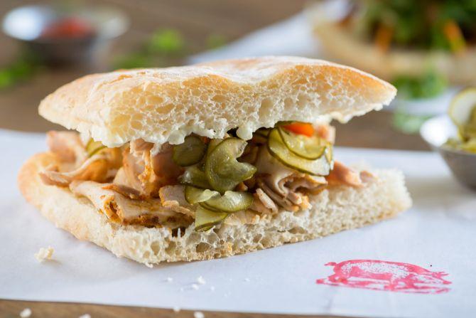 Para o sanduíche de porco, a carne do lombo passa por uma marinada seca que leva chá defumado. Foto: Fernando Zequinão/Gazeta do Povo