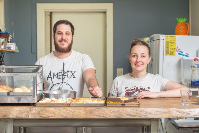 Thiago Braga e Elaine Bublitz, sócios da Flammk, preparam todos os dias os pães e massas. Foto: Fernando Zequinão/Gazeta do Povo