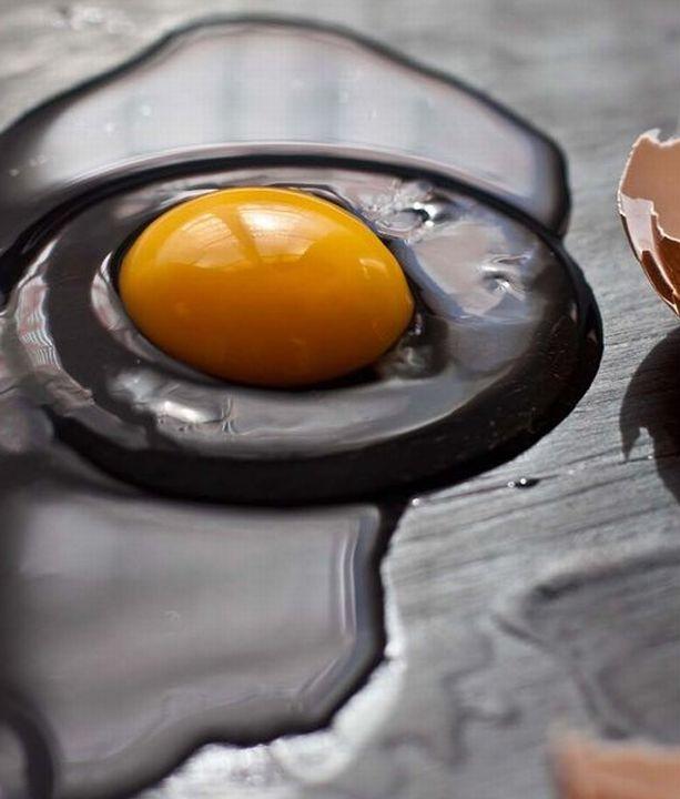 Um ovo fresco tem a gema bem redonda e brilhante e, a clara, um aspecto gelatinoso e bem delimitado ao redor. Foto: Reprodução Pinterest / El Oso Con Botas