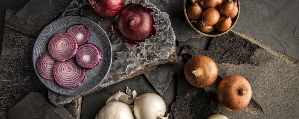 Foto para matéria do Bom Gourmet sobre tipos de cebola , cebola branca , roxa , casca marron , pequena , doce , tempero , cebolas . Local: A Fábrika .