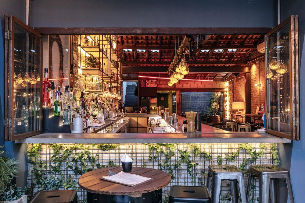 Parte do balcão do Guilhotina Bar, eleito o 15º melhor bar do mundo em 2019. Foto: Bruno Contin/Divulgação