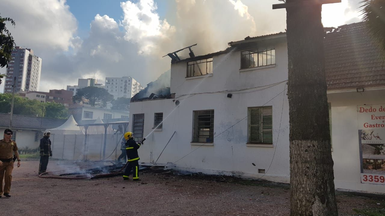 Bombeiros apagam fogo do restaurante Dedo de Moça, no Alto da XV. Foto: Mellanie Anversa/Gazeta do Povo
