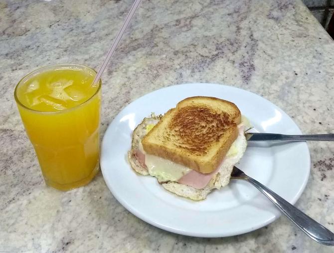 Torrada com ovo e suco natural de laranja do Lanchera. Foto: Divulgação.