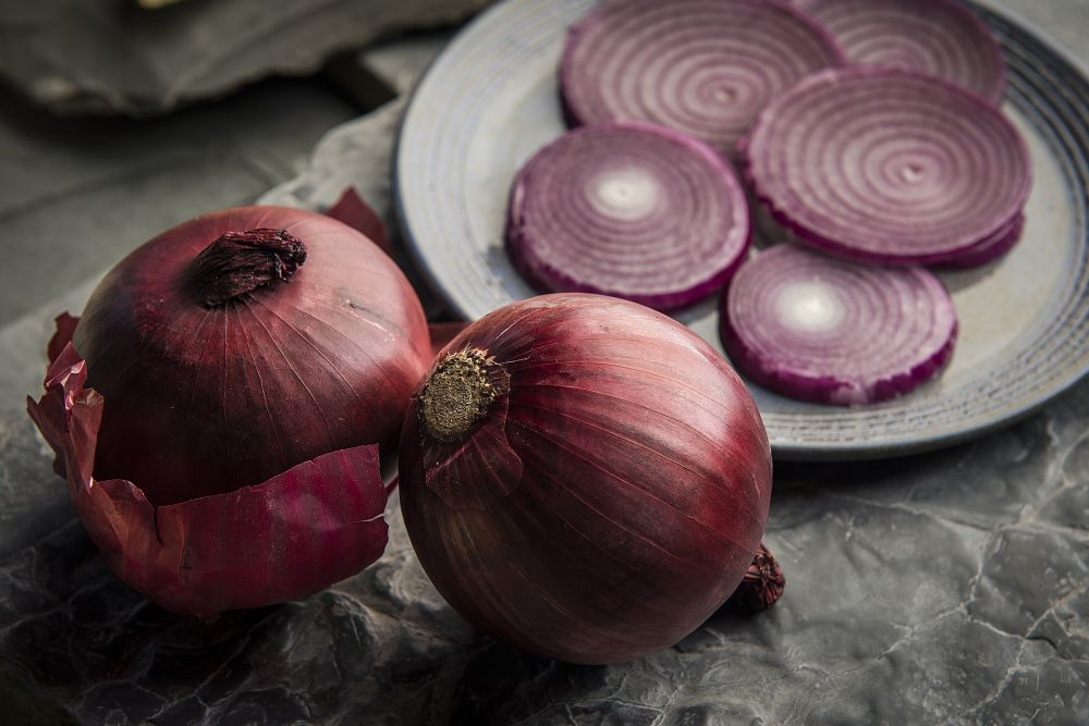 A cebola roxa é bastante indicada para acompanhar hambúrgueres, principalmente por conta de sua cor vívida. Foto: Letícia Akemi/Gazeta do Povo