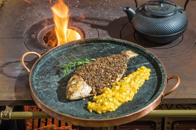 Peixe na brasa com crosta de cogumelos e pirão de peixe com milho