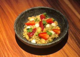 Salada de quinoa com creme de atemoia e morangos marinados